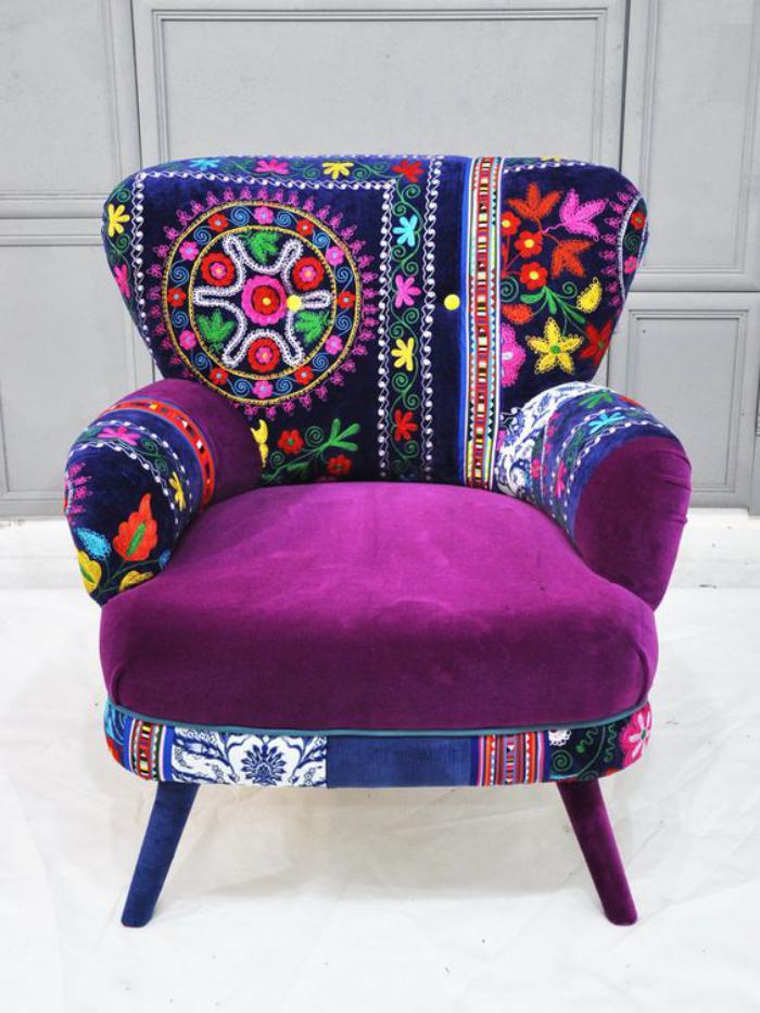 fauteuil-patchwork-siège-pourpre-dossier-bariolé