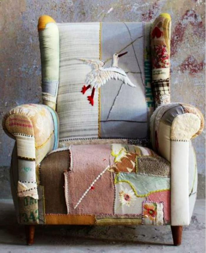 fauteuil-patchwork-textiles-en-teintes-claires