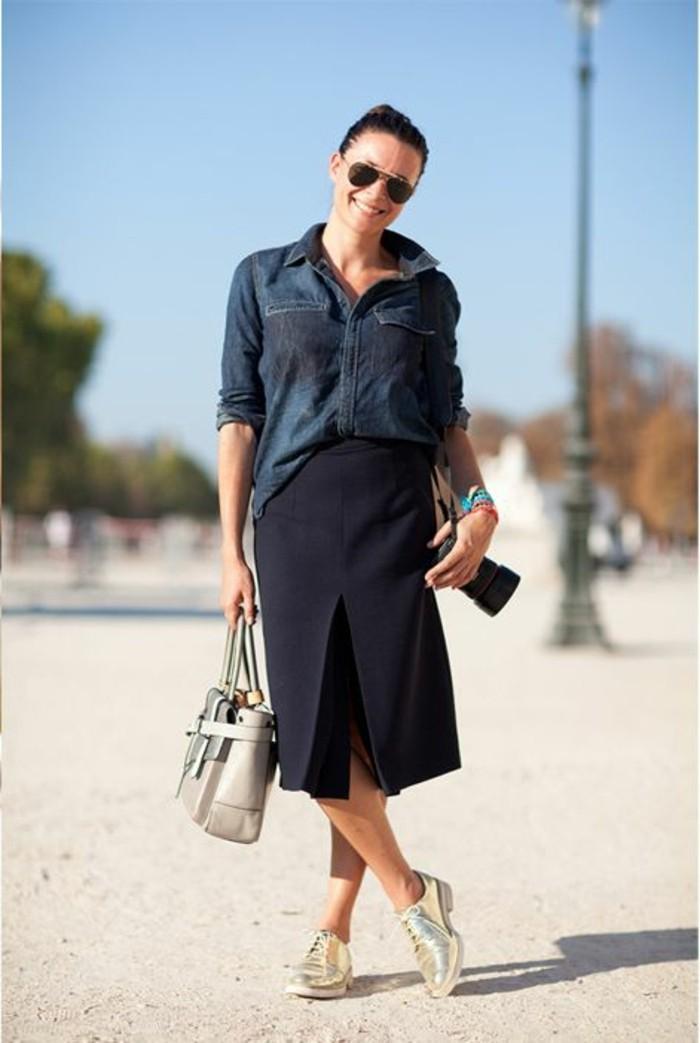 femme-avec-jupe-bleu-foncé-derbies-femmes-doré-modèle-élégant-femme