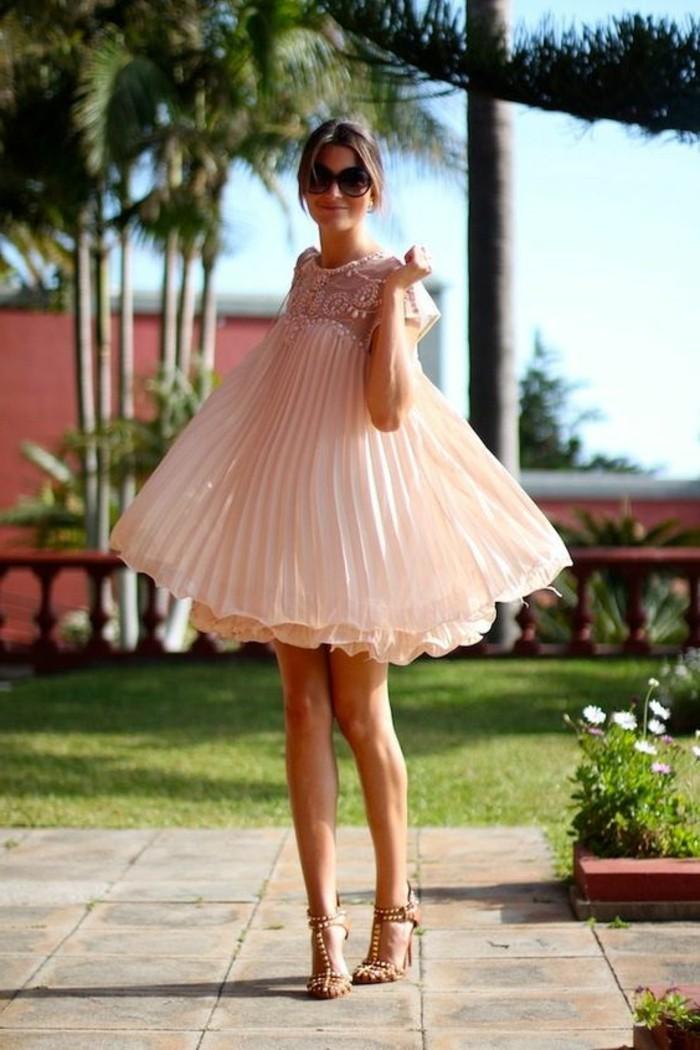 fille-avec-robe-plissée-couleur-rose-pale-robe-plissée-cheveux-marrons