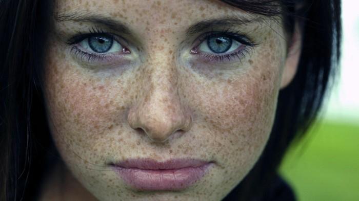 Fille aux yeux bleus vifs