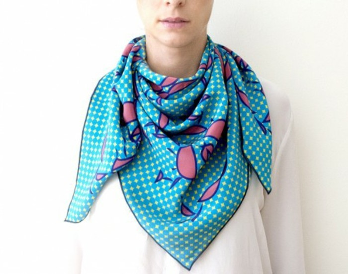 foulard-longchamp-bleu-fleurs-roses-resized