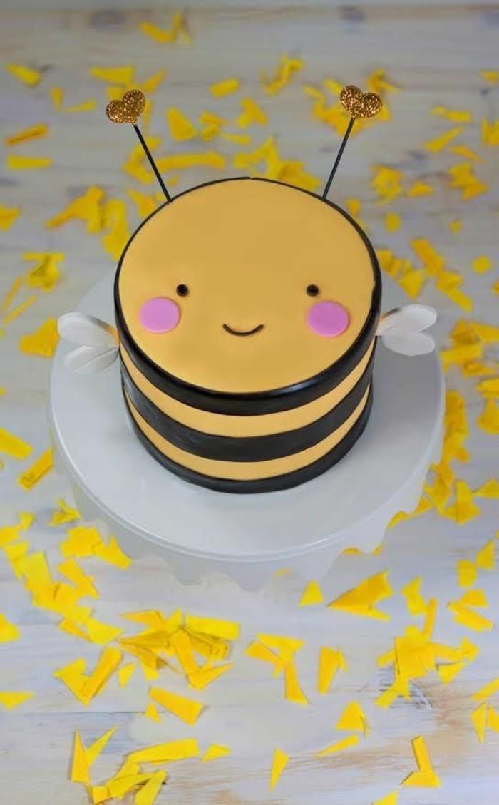 gâteau-d-anniversaire-à-cool-personnalisé-à-faire-bee-en-jaune-et-chocolat-mignonne
