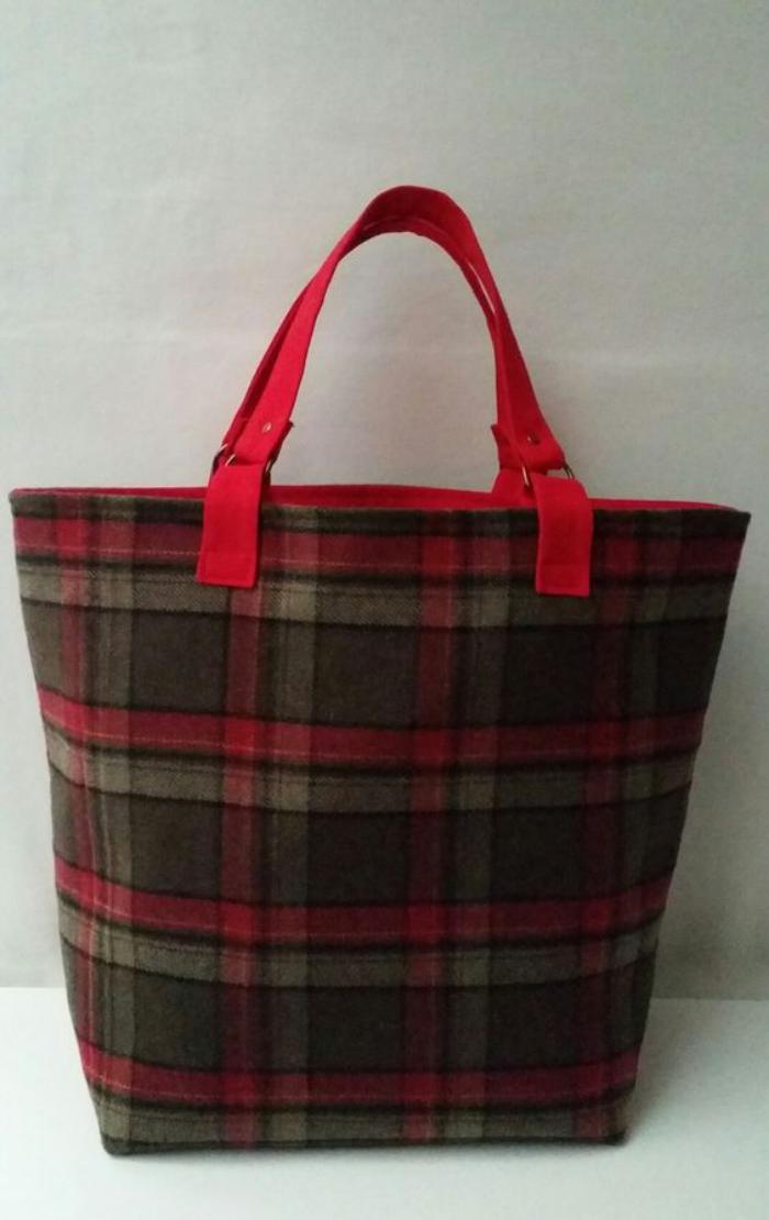 grand-sac-à-main-carrés-écossais-anses-rouges