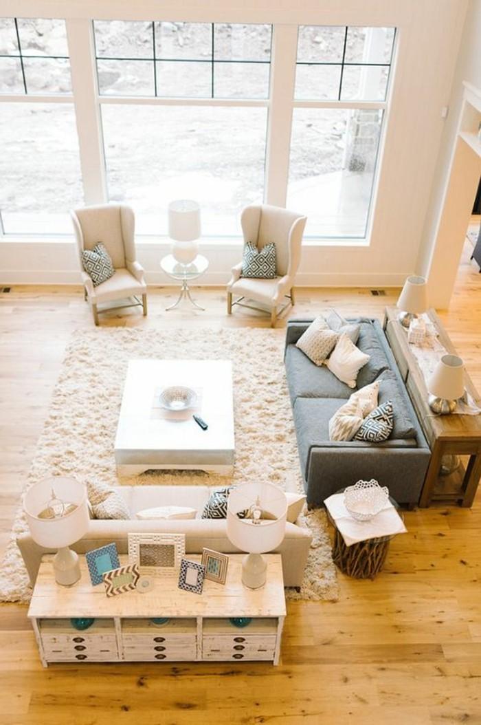 idee-deco-peinture-salon-salon-beige-et-blanc-sol-en-parquet-clair