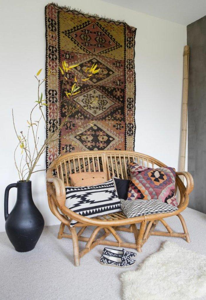intérieur-design-fauteuil-rotin-vintage-cool-idée-aménagement-salon-avec-tapis-de-mur