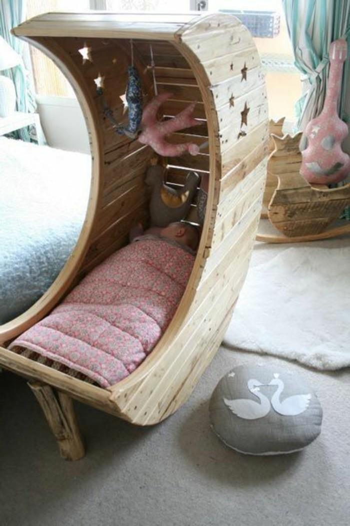 joli-berceau-bébé-en-bois-clair-dans-la-chambre-bebe-bien-amenager