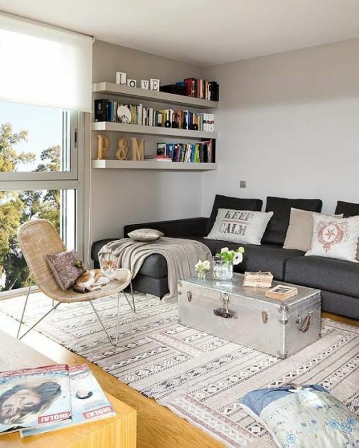 joli-salon-meubles-chic-tapis-coloré-sol-en-parquet-murs-beiges-plafond-blanc-aménagement-petit-salon