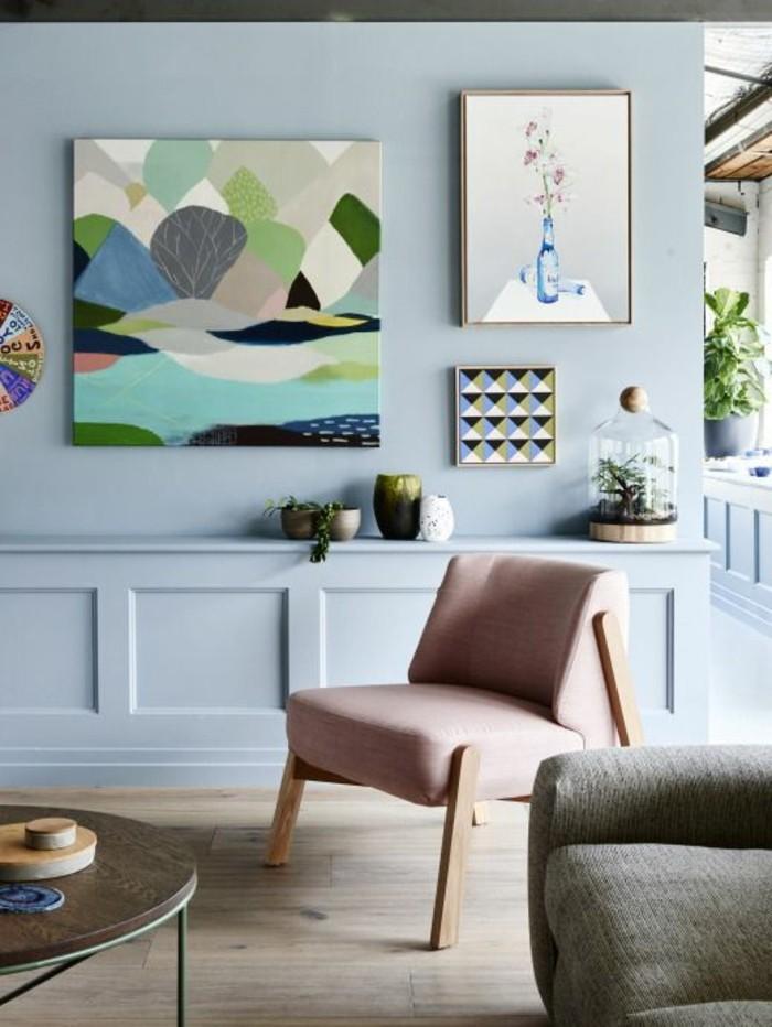 joli-salon-meubles-colorés-chaise-rose-canape-beige-table-de-salon