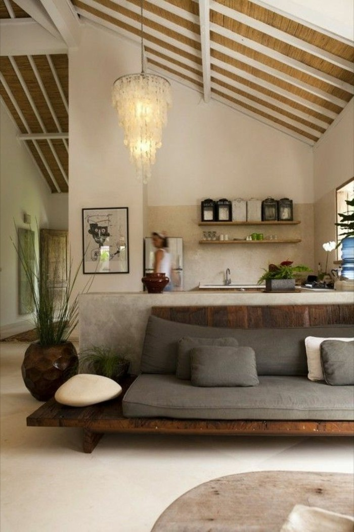 joli-salon-sous-pente-canapé-bas-coussins-gris-plafond-sous-pente-idée-peinture-salon