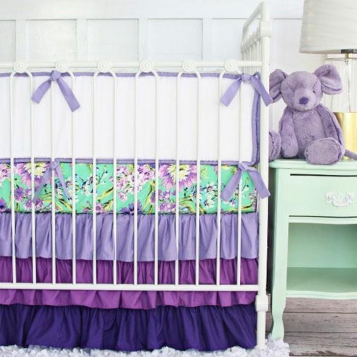 joli-tour-de-lit-bébé-pas-cher-en-violette-blanc-et-vert-nos-idees-linge-de-lit