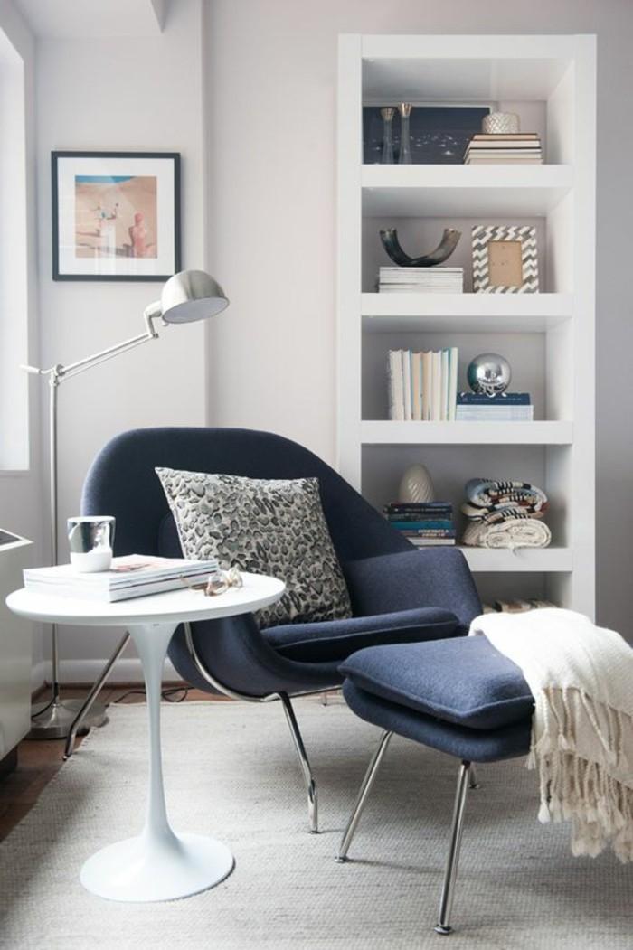 jolie-chaise-en-bleu-foncée-tapis-gris-de-salon-table-tulipe-blanche-tapis-beige