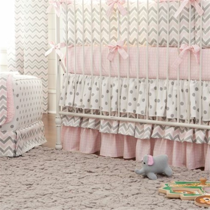 jolie-chambre-bebe-fille-moquette-beige-chambre-fille-linge-de-lit-rose-et-blanc