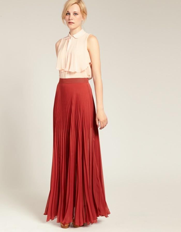 jolie-femme-blonde-avec-jupe-longue-plissée-de-couleur-roge