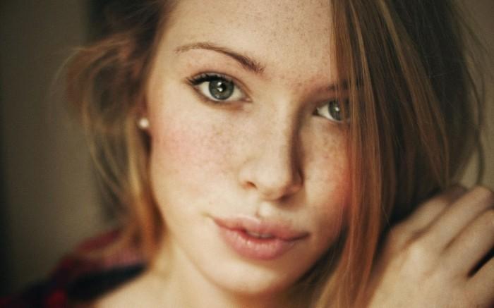 jolie-fille-avec-cheveux-oranges-et-tache-de-rousseur-yeux-bleus-levres-grands