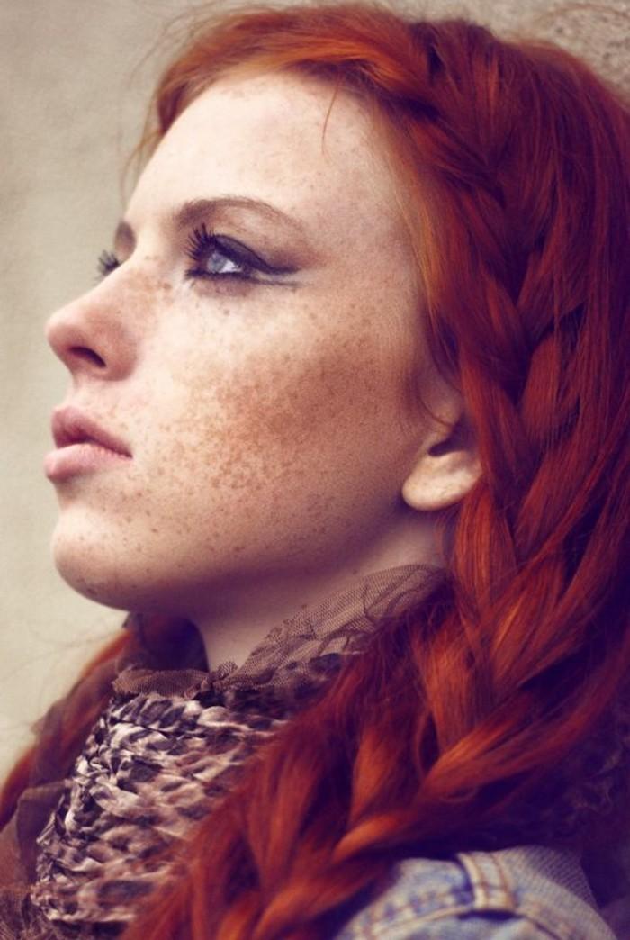 jolie-fille-avec-cheveux-oranges-yeux-bleus-et-taches-russuer