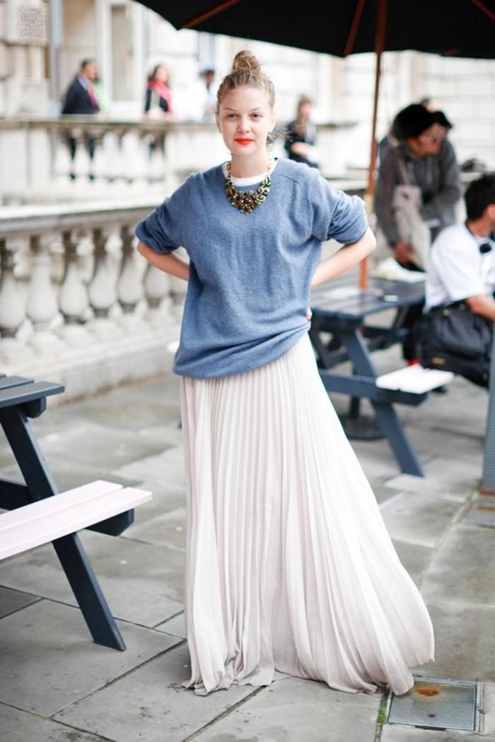 jolie-fille-avec-jupe-longue-blanche-plissée-blouse-bleu-ciel-femme-moderne