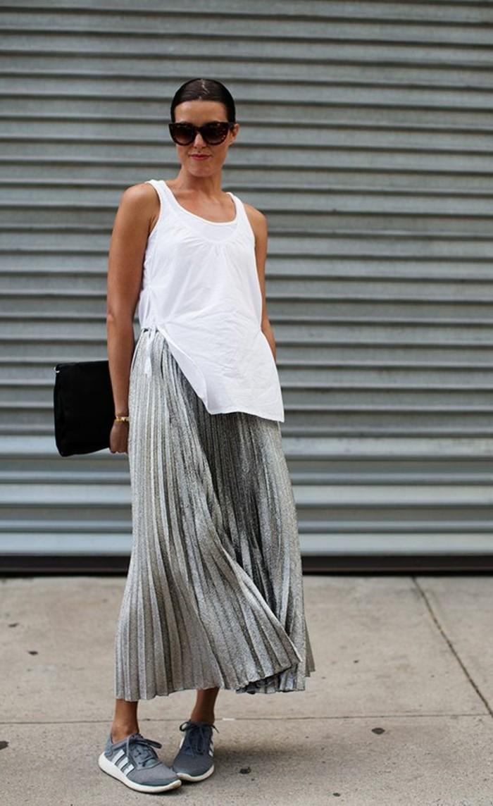 jolie-jupe-grise-plissée-sneakers-gris-femme-jupes-mi-longues-femme