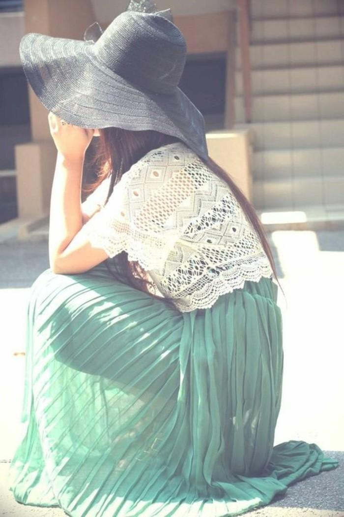 jolie-jupe-longue-plissée-de-couleur-bleu-t-shirt-blanc-tricoté-a-main-chapeau-noire-femme