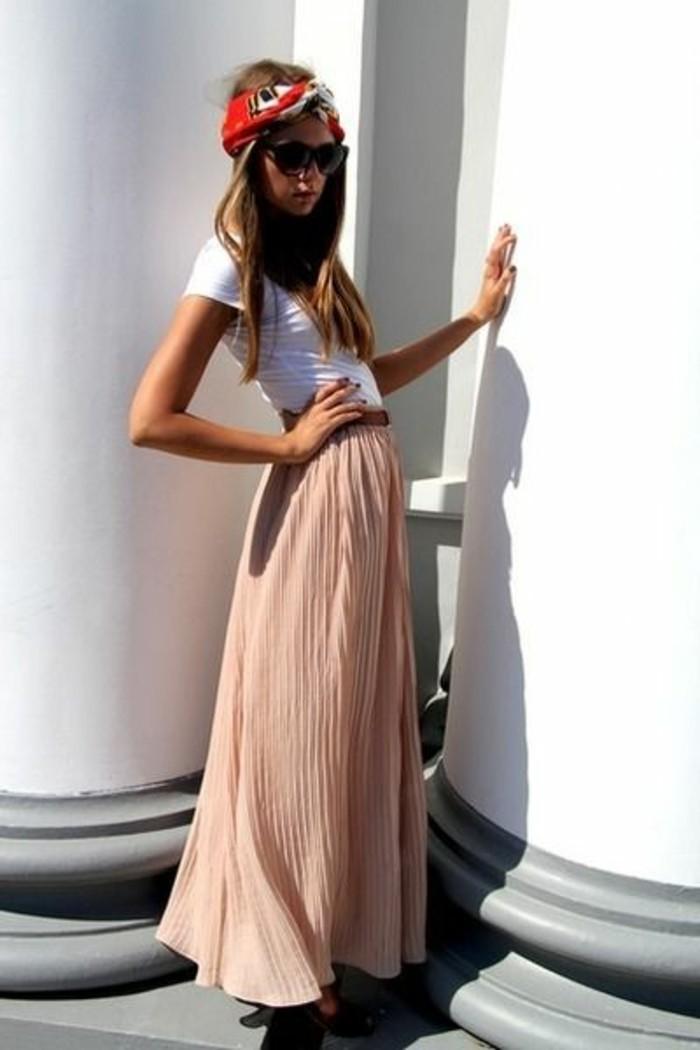 jolie-jupe-longue-rose-pale-t-shirt-femme-blanc-jupe-longue-rose-plissée