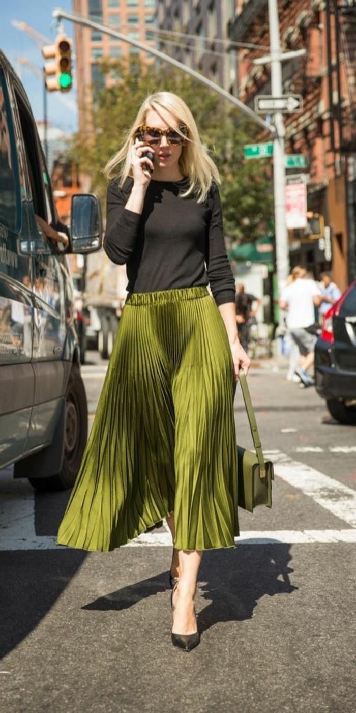 jolie-jupe-mi-longue-plissée-couleur-vert-talons-noirs-femme-cheveux-blondes