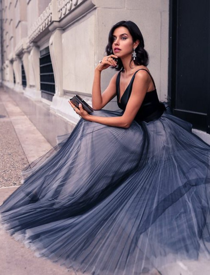 jolie-jupe-plisée-élégante-femme-de-couleur-gris-femme-chic-vetements-modernes