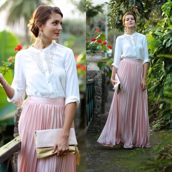 jolie-jupe-plissée-rose-pale-chemise-blanche-sac-a-main-beige-cheveux-marrons