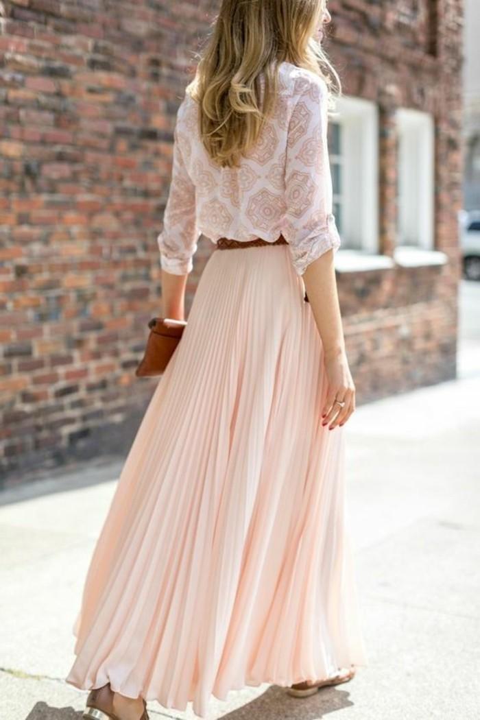 jolie-jupe-rose-pale-blouse-en-dentelle-femme-couleur-blanc-cheveux-mi-longs-blonds