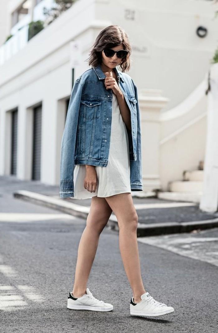 jupe-beige-femme-sneakers-femme-blancs-veste-blazer-femme-denim