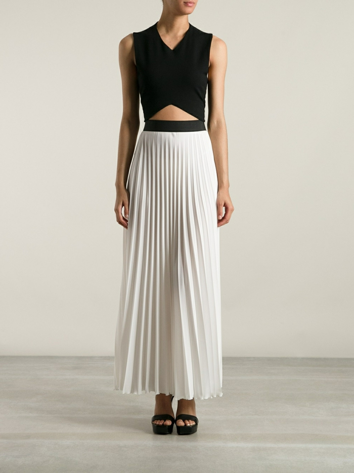 jupe-blanche-plissée-talons-hauts-noirs-sandales-femme-moderne