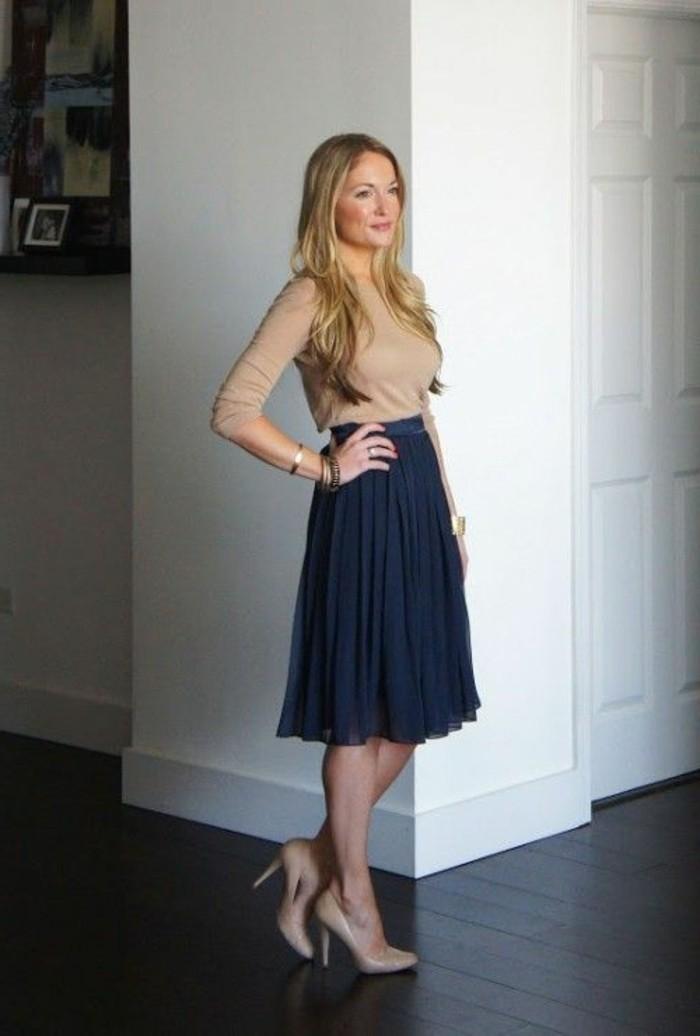 jupe-courte-femme-de-couleur-bleu-foncé-jupe-plissée-blouse-beige-talons-beiges