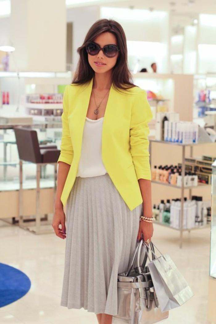 jupe-grise-plissée-beige-veste-jaune-top-blanc-vetements-lunettes-soleil-femme