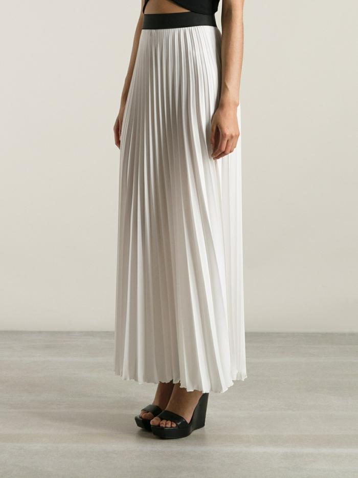 jupe-longue-blanche-plissée-chaussures-sandales-talons-hauts-noirs