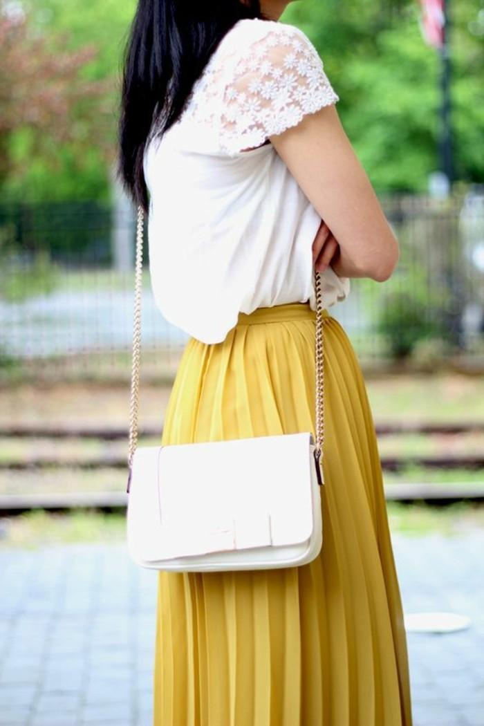 jupe-longue-jupe-plissée-jaune-femme-sac-a-main-petit-cuir-beige-vetements-modernes
