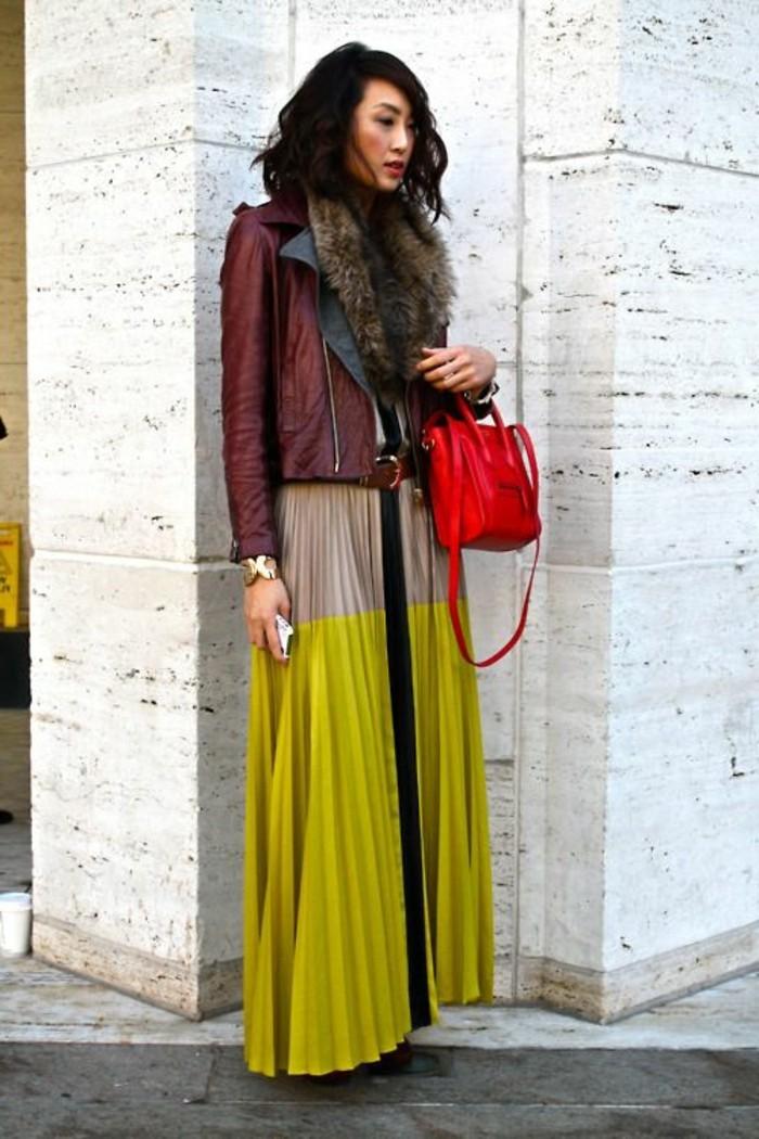 jupe-longue-plissée-colorée-veste-en-cuir-rouge-cheveux-courts-noirs-femme-mode