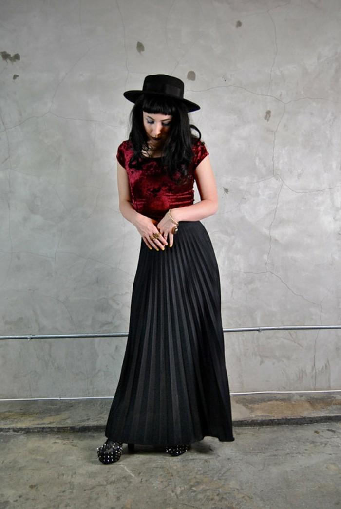 jupe-longue-plissée-de-couleur-noir-chaussures-talons-hauts-noirs-femme-moderne