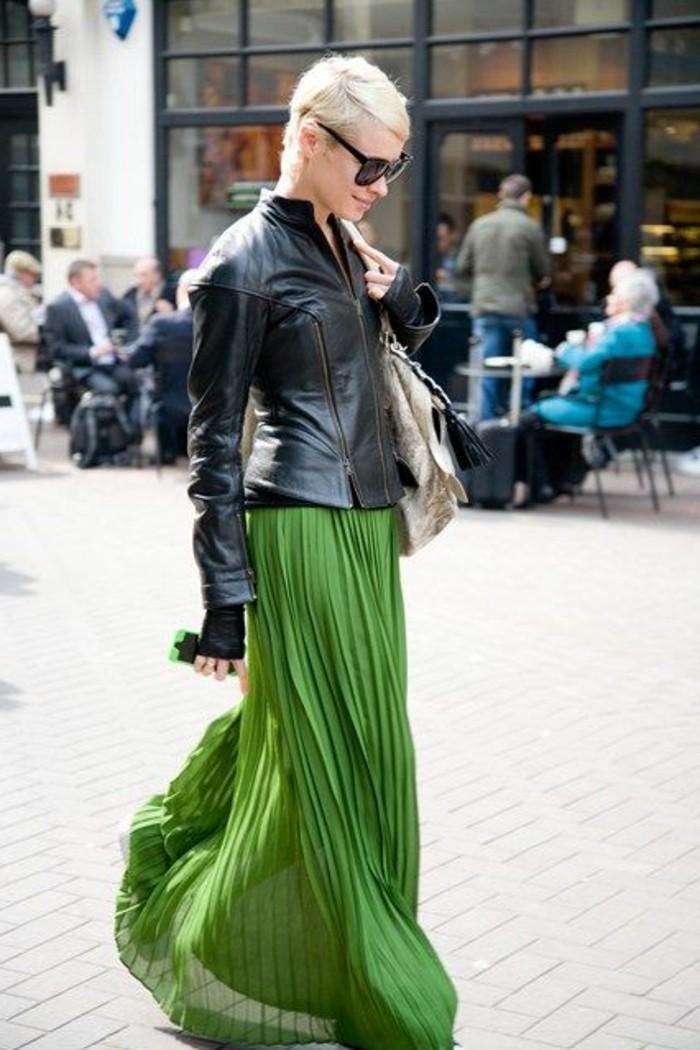 jupe-longue-plissée-verte-veste-en-cuir-noir-femme-elegant-mode
