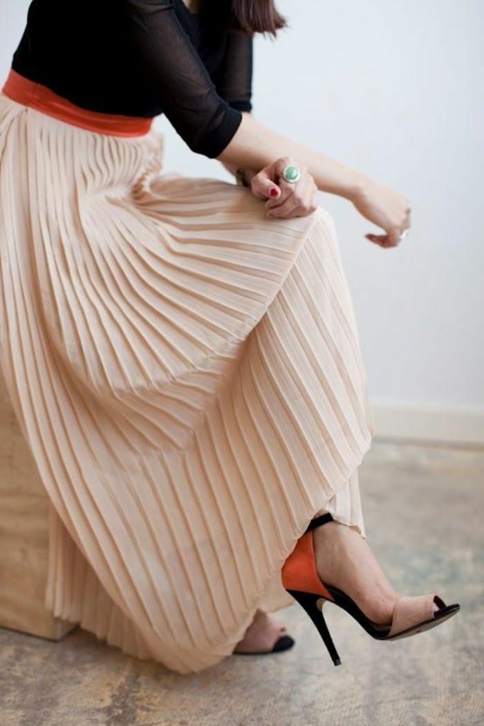 jupe-longue-rose-pale-plissée-femme-talons-hauts-noirs-femmes-blouse-noire