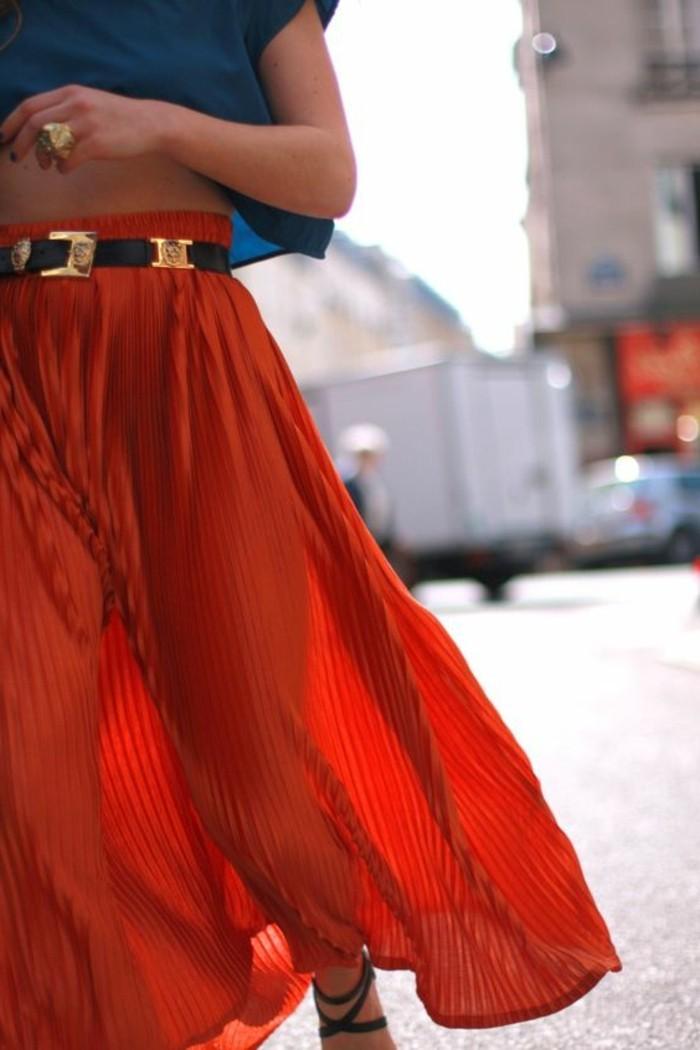 jupe-longue-rouge-jupes-longues-plissées-rouges-top-bleu-foncé