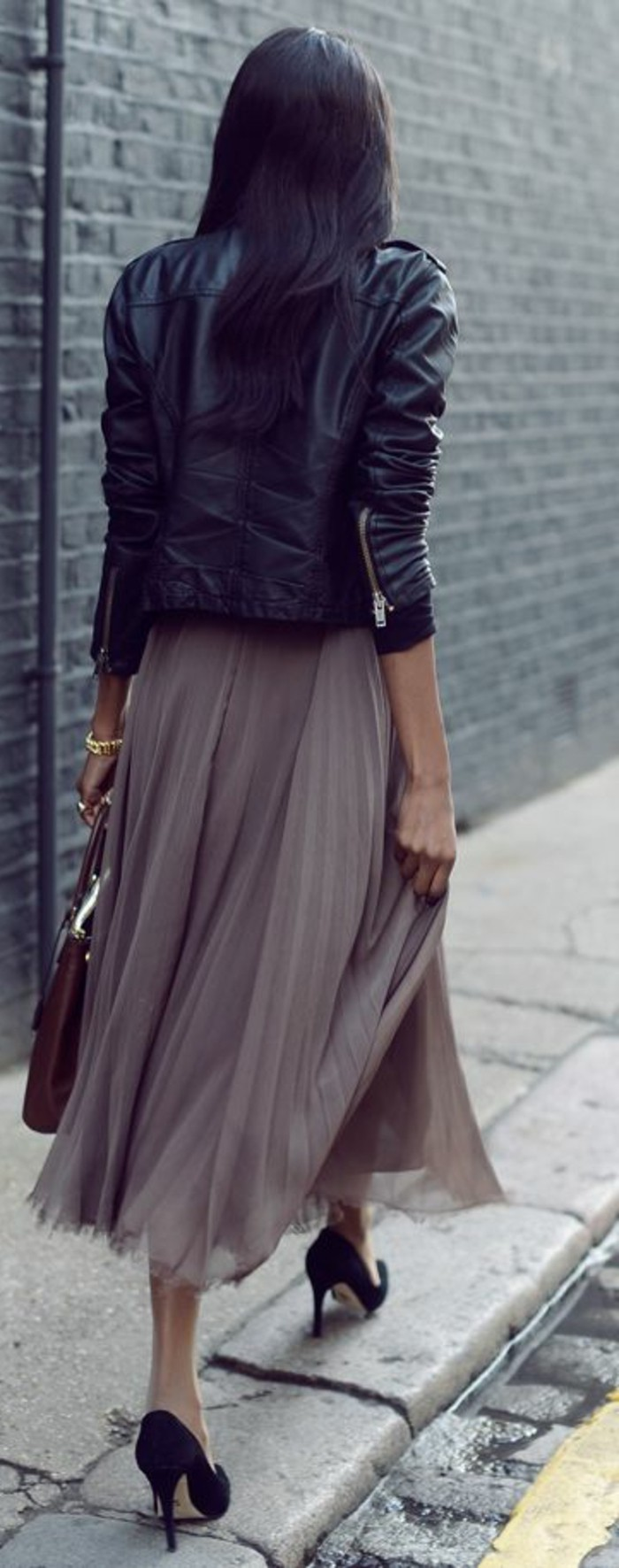 jupe-mi-longue-beige-talons-hauts-noires-fille-vetements-modernes-veste-en-cuir-noir