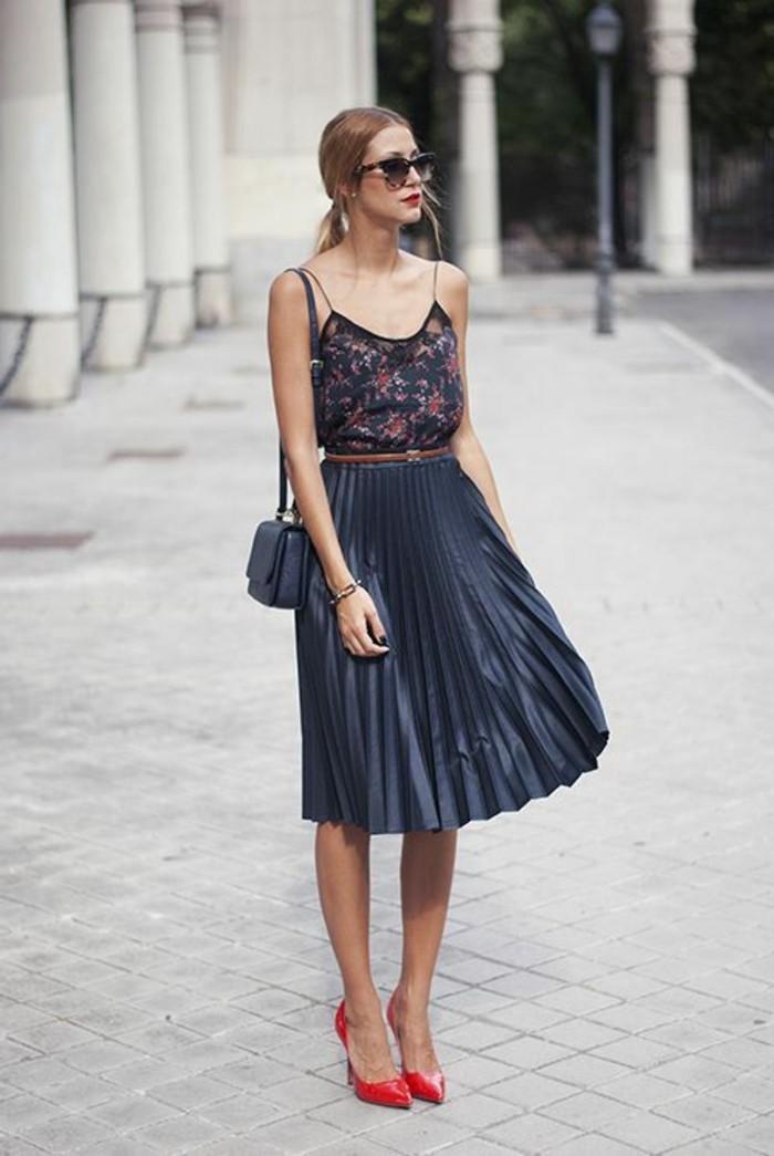 jupe-mi-longue-grise-plissée-femme-chic-talons-rouges-mode-tendances-2016
