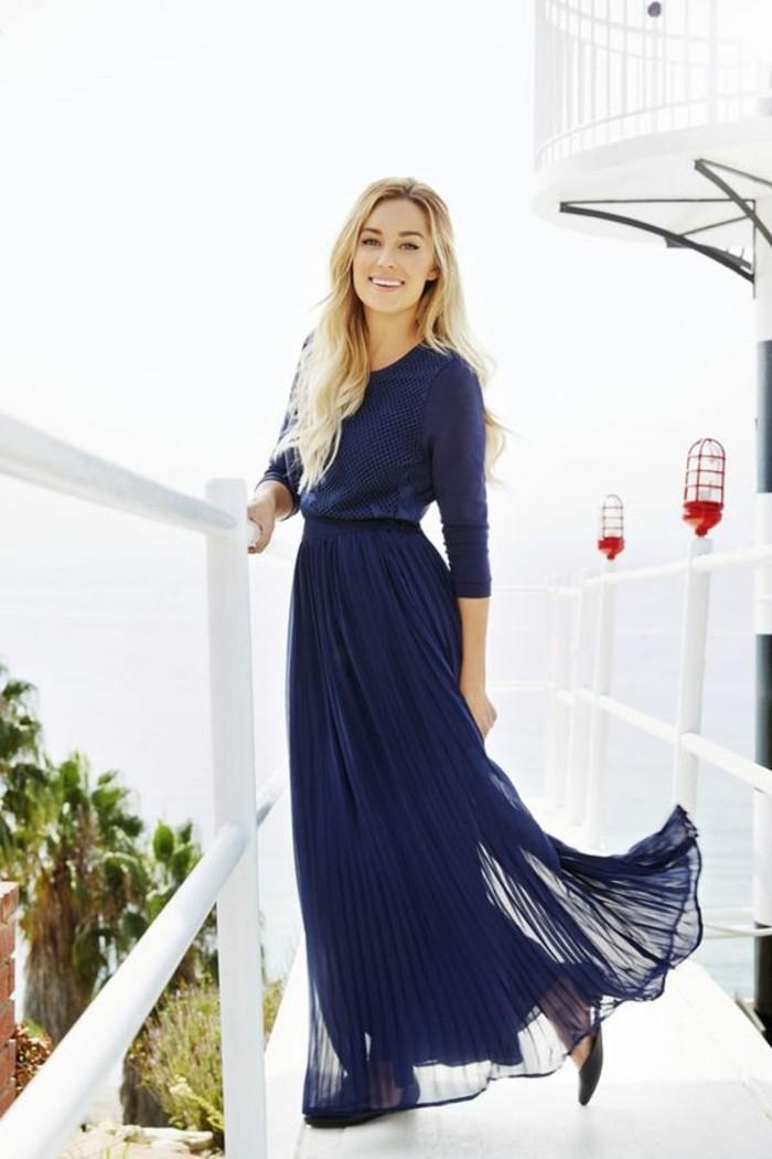 jupe-plissée-bleu-foncée-blouse-bleu-cheveux-blonds-femme-moderne-vetements