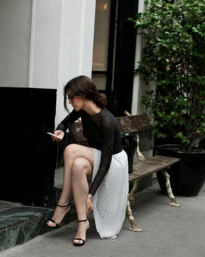 jupe-plissée-gris-beige-blouse-femme-noire-tendances-de-la-mode-2016