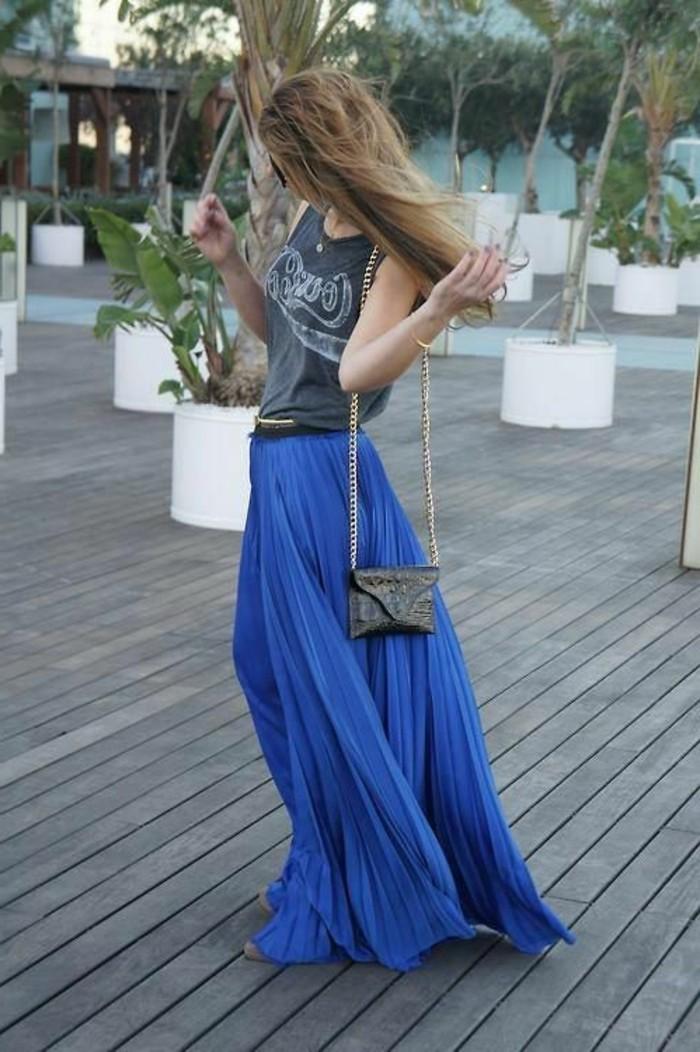 jupe-plissée-longue-bleu-foncé-top-gris-femme-sac-a-dos-cuir-noir