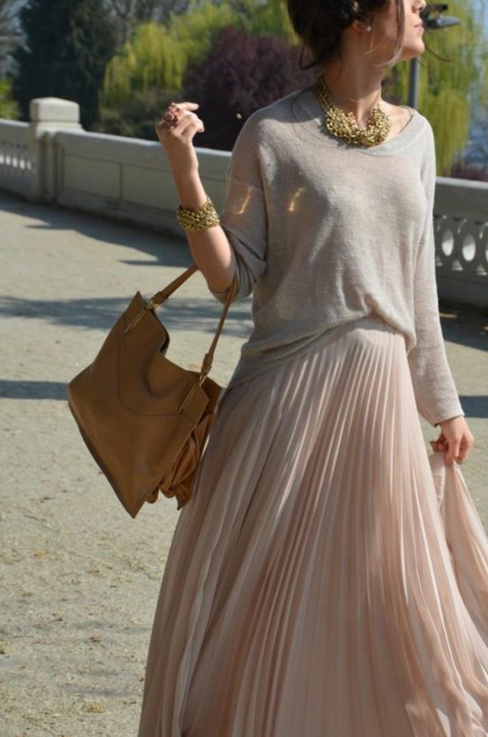 jupe-rose-pale-plissée-femme-blouse-beige-sac-a-main-cuir-marron-robe-rose-pale