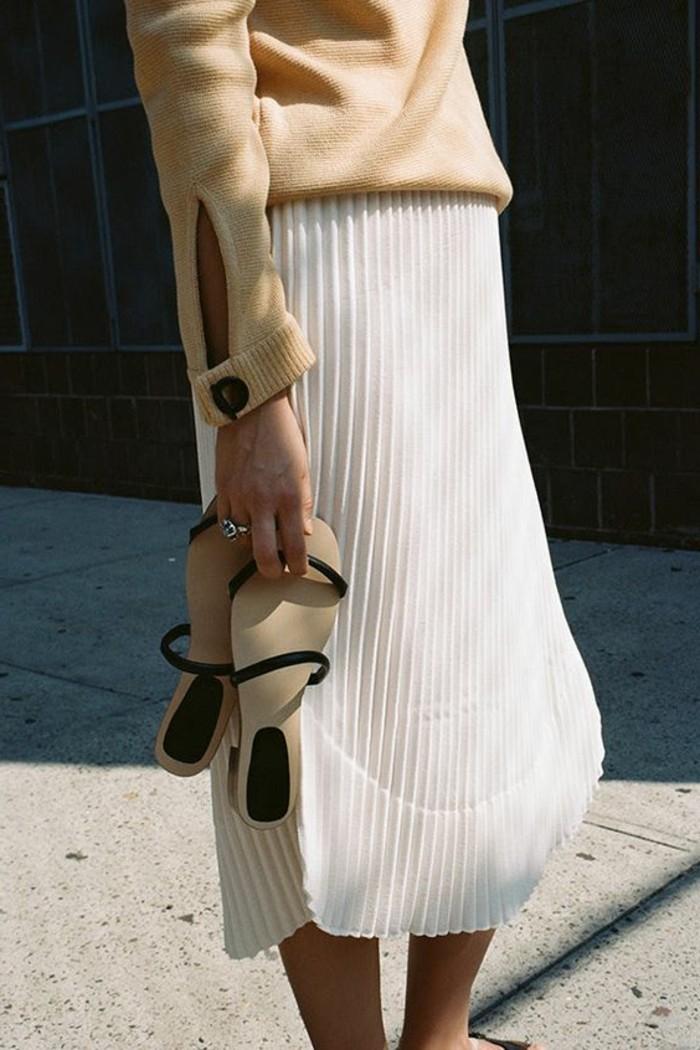 jupes--mi-longues-blanches-femme-design-plissée-sandales-plates-femme