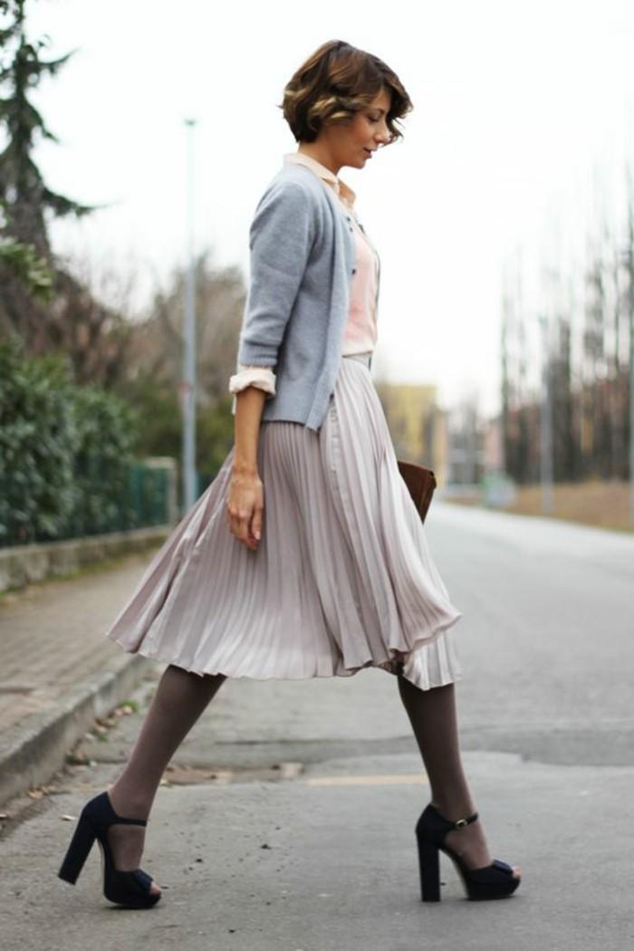 jupes-mi-longues-plissées-couleur-beige-talons-hauts-sandales-mode-femme