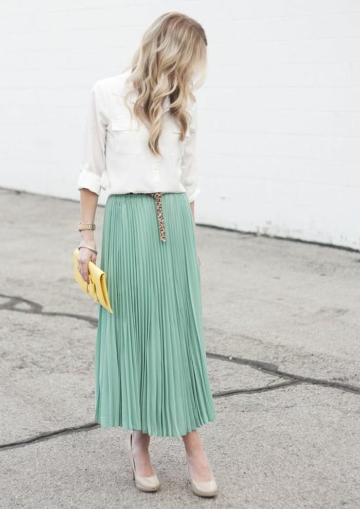 jupes-plissées-bleu-clairs-chemise-blanche-femme-moderne-chemise-blanche-cheveux-blonds-femme