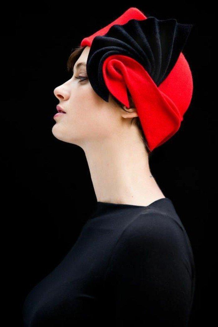 la-femme-belle-superbe-tenue-élégante-chapeau-en-rouge-carmin-on-aime-rouge-et-noire