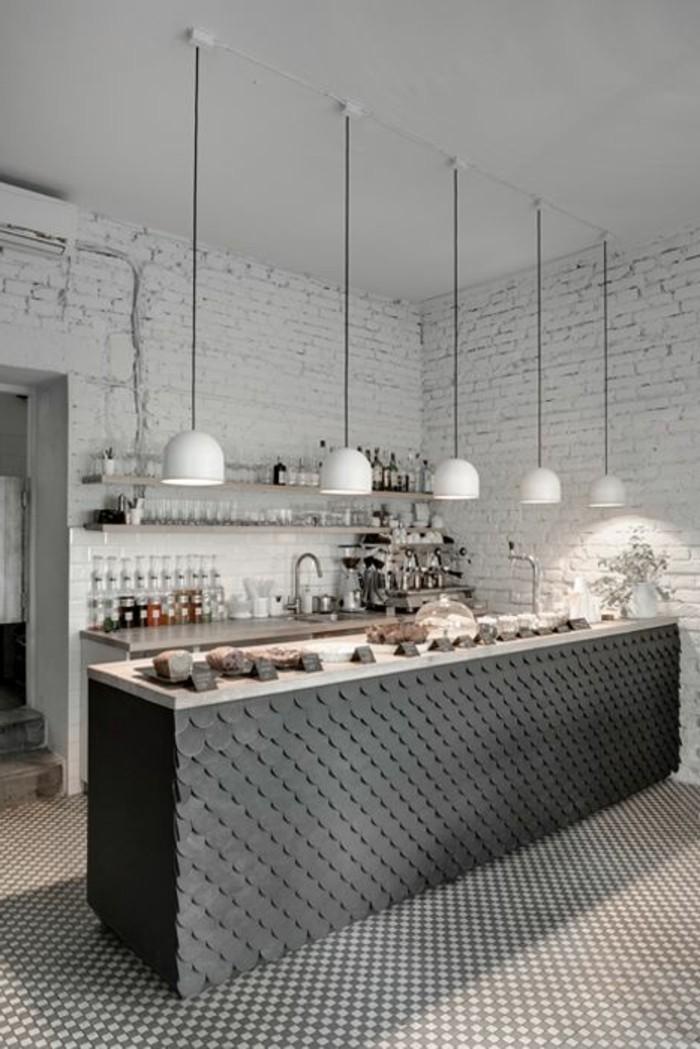 lampadaire-de-cuisine-sol-mosaique-bar-de-cuisine-mur-de-briques-blancs-plafond-blanc
